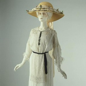 Summer day dress, about 1910. Museum no. T.465-1974