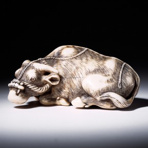 Carved ivory netsuke in the shape of an ox, signed Tomotada, Japan, about 1775-1825. Museum no. A.957-1910