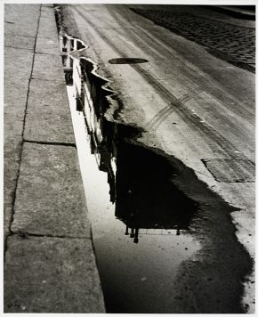 Ilse Bing, Rue de Valois, Paris, 1932, gelatin-silver print, Museum no. E.3028-2004, © Victoria and Albert Museum, London/Estate of Ilse Bing, courtesy Michael Mattis