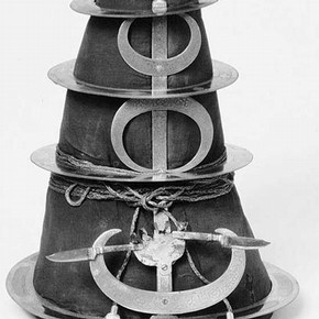 Figure 1. Dastar Bungar (Quoit Turban), Museum No. 3462 (IS), approx 43cm tall x 25cm diameter.
