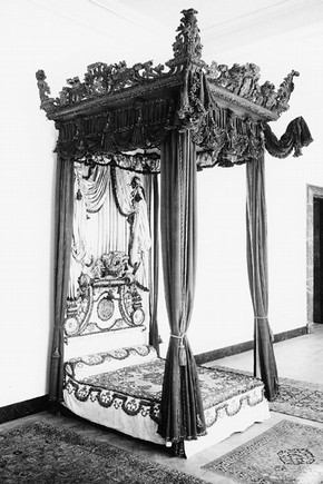 Figure 2. State Bed from Melville House, c.1697 (Museum no. W35-1949). Photography by V