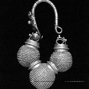 Figure 5. Gold Bábul work earring. Museum no. 1503-330