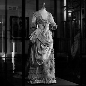 Figure 1. May Primrose wedding dress in its display case (Museum No. T428-1990). Photography by V