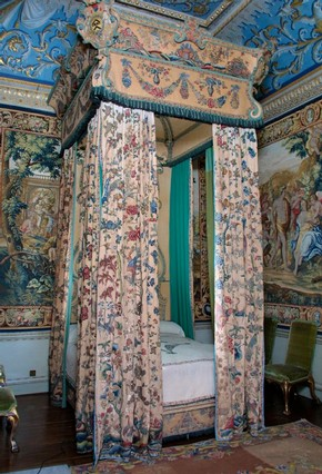 Embroidered bed from Houghton Hall, Britain, about 1726. Museum no. W.57-2002