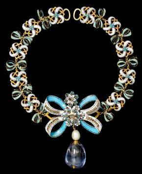 Necklace with Sapphire Pendant, bow about 1660, chain and pendant probably 18-1900. Museum no. M.95-1909. © Victoria & Albert Museum, London