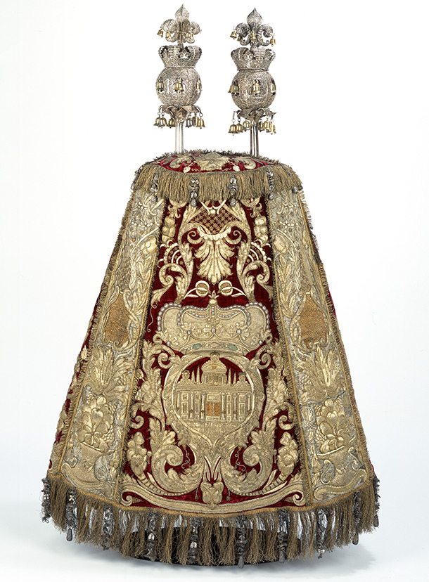 Torah  mantle and rimmonim, about 1675 and 1700, Dutch Republic (now  the Netherlands) and South Germany, embroidered velvet and silk  brocade, and silver. Museum no. 349-1870 and 350&A-1870, ©  Victoria and Albert Museum, London