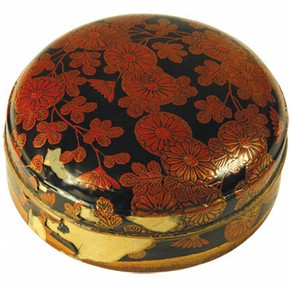 Figure 1. W.332-1921 Round lacquer box with chrysanthemums, Japanese, 18th century, showing blistering and losses of the lacquer coating (Photography by Nanke Schellmann)