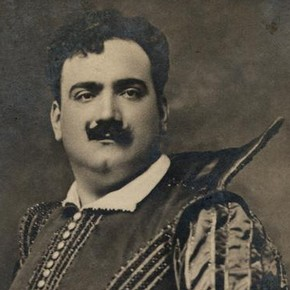 Enrico Caruso as Raoul de Nangis in Meyerbeers opera Les Huguenot, photographed by Ellis and Walery, around 1905