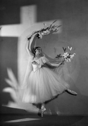 Alicia Markova as Giselle in Ballets Russes de Monte Carlo, black and white photograph, 1937