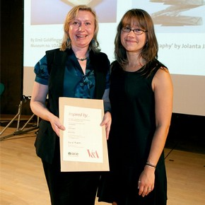 Jolanta Jagiello receiving the sculpture award from curator Amy Mechowski