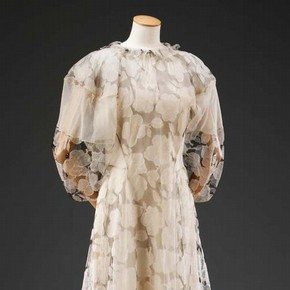 White organza and net ball gown by Madeleine Vionnet. Museum no. T.379-2009