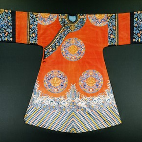 Robe, China, 19th century. Museum no. T.173-1961