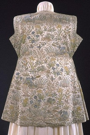 Mughal hunting coat, satin embroidered with silk, India, 1620-1630, Museum no. IS.18-1947