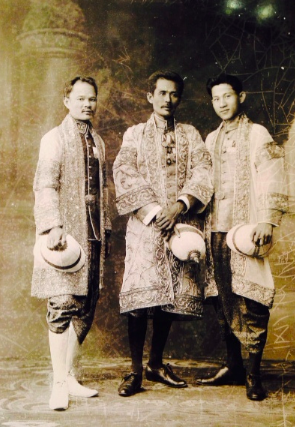 Illustration 7. Siamese noblemen in typical Siamese court attire of Indian silk brocade, pha yearababh, long sleeved shirt and lower garment, phanung chongkraben, which could be Indian silk brocade, Indian chintz or Cambodian ikat. This dress is to be worn with seu-krui or full-length coat of gold thread embroidery. Inventory number M28/00024. Photograph courtesy of National Archives of Thailand.