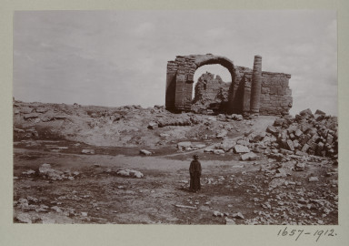 1657-1912 Photograph Photograph depicting the south facade of building D in the ruins of Hatra, Iraq.