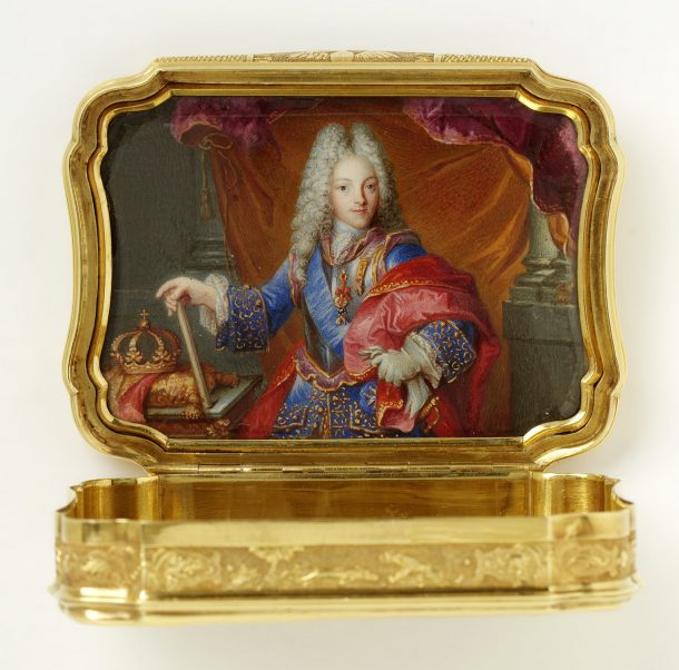 The same snuffbox opened with a miniature portrait of Felipe V of Spain. Museum no. LOAN:GILBERT.314-2008