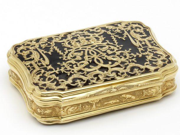 Snuffbox; gold, turtle shell, Paris, about 1714. Width 7cm, depth 5.3cm, height 1.9cm. Museum no. LOAN:GILBERT.314-2008