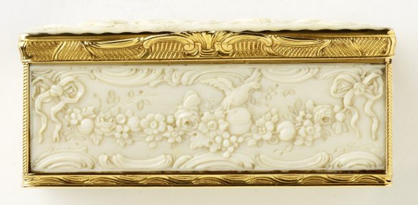 The front of the snuffbox.