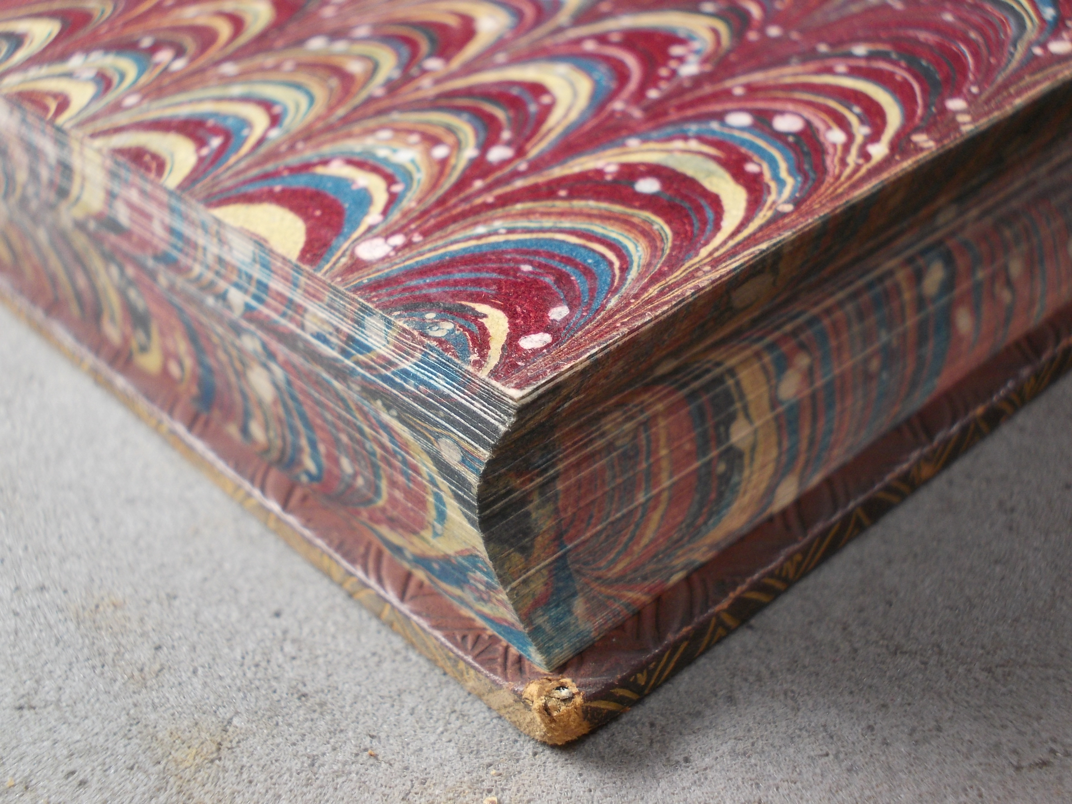 A differently combed pattern on the endpapers and edges of a book.