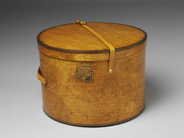 Hatbox made of moulded birch plywood. Manufactured by Luterma in Estonia in about 1930.