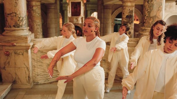 Mahalia with her backing dancers