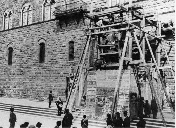 "Figure 9 Installation in Piazza della Signoria of the marble copy of the David made by Arrighetti, 1910 (Photographic Archive of the Museum ""Firenze com'era"", published in L'Accademia, Michelangelo, l'Ottocento, cit., p.33)."
