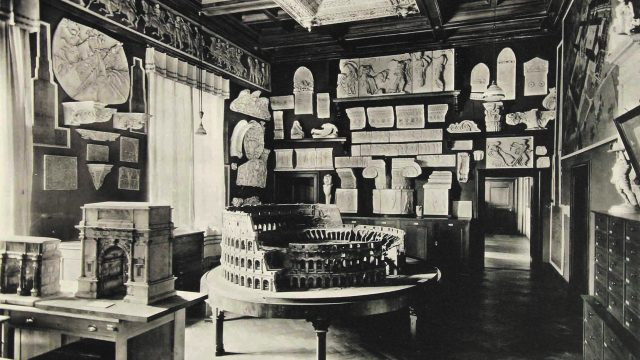 Arrangement of plaster casts and cork models in the rooms of the architecture school at Gabelsberger Strasse. © Architekturmuseum der TUM