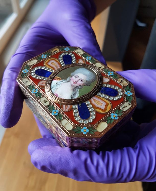 Snuff box with young woman